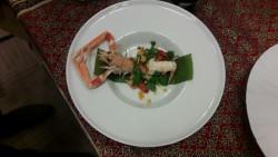 Salát s pikantními grilovanými krevetami